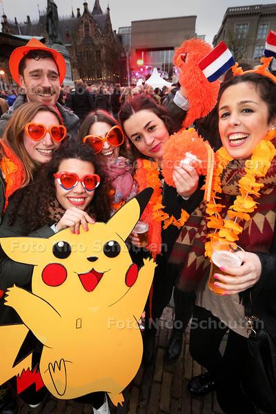 Life a Live - Oranje raakt uit de mode. Eigenlijk alleen buitelnlanders dossen zich nog uit zoals deze spaanse touristen - DEN HAAG 26 APRIL 2015 - FOTO NICO SCHOUTEN