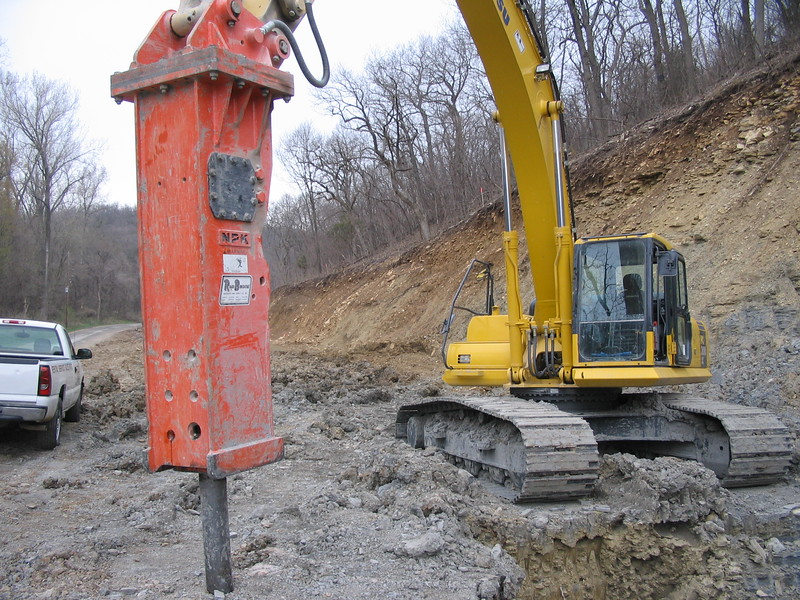 NPK GH23 hydraulic hammer on Komatsu excavator (4).JPG