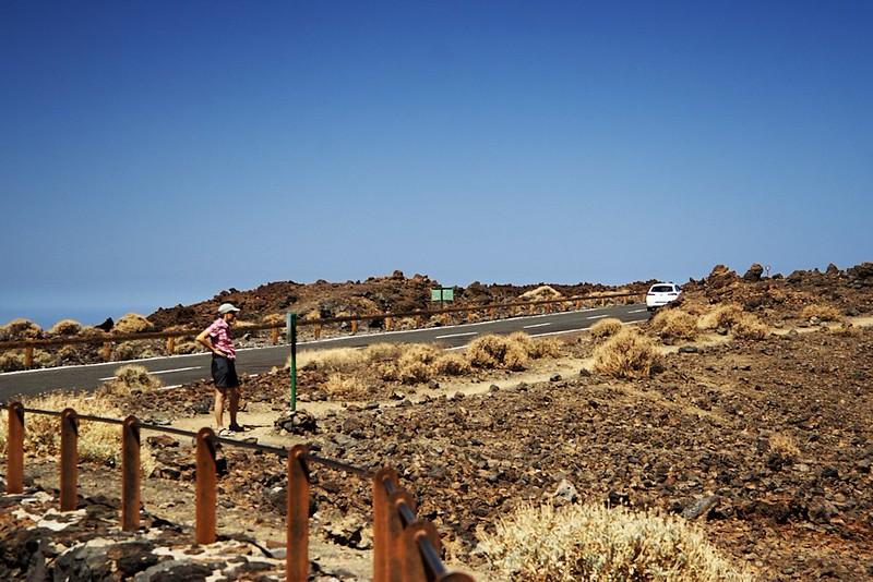 Trofo studuje trasu zmíněné extrémní stezky na Pico Viejo