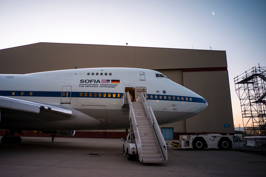 . As dawn breaks and the moon sets, NASA\'s SOPHIA returns from an all night science flight over the US. The modified 747SP jet allows it\'s  2.5 meter infrared telescope to view the heavens from 43,000 feet, above water vapor in the atmosphere which hinders ground based infrared telescopes.   (Photo by David Crane/Los Angeles Daily News)