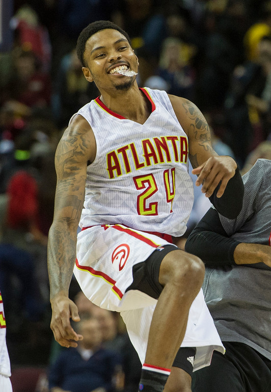 . Atlanta Hawks\' Kent Bazemore (24) celebrates after defeating the Cleveland Cavaliers in an NBA basketball game in Cleveland, Tuesday, Nov. 8, 2016. The hawks won 110-106. (AP Photo/Phil Long)