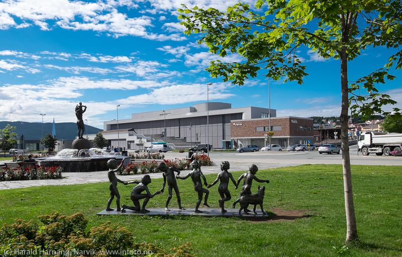 Lekende barn, frihetsmonumentet og 4. hjørne på Narvik torg