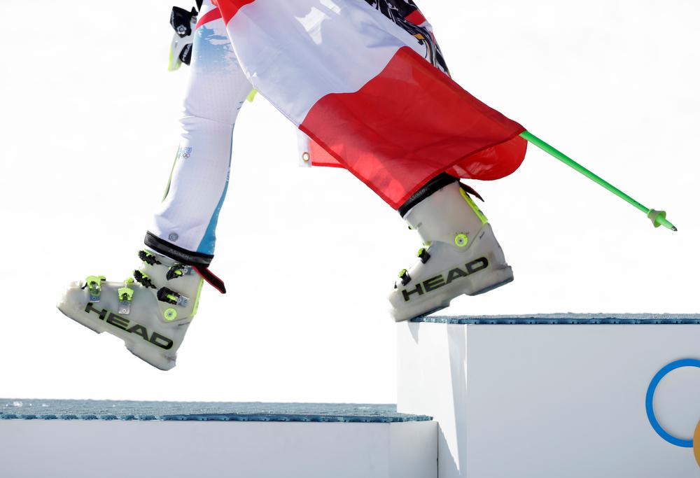 . Women\'s super-G gold medal winner, Austria\'s Anna Fenninger steps down from the podium after a flower ceremony at the Sochi 2014 Winter Olympics, Saturday, Feb. 15, 2014, in Krasnaya Polyana, Russia. (AP Photo/Gero Breloer)