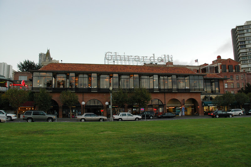 Ghirardelli巧克力工廠改建的Ghirardelli廣場,廣場內是個小購物及餐廳區