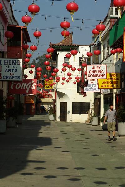 ChinatownWestPlaza016-LookingNorthThroughPlaza-2006-10-25.jpg