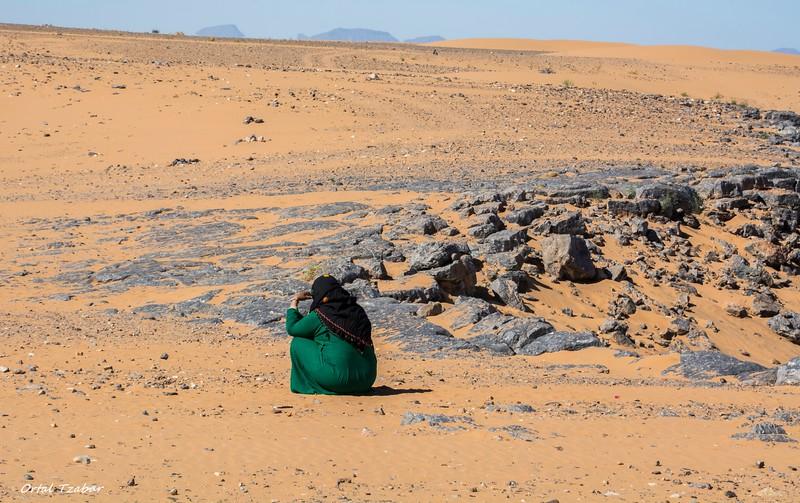 אשה ברברית יושבת במדבר.jpg