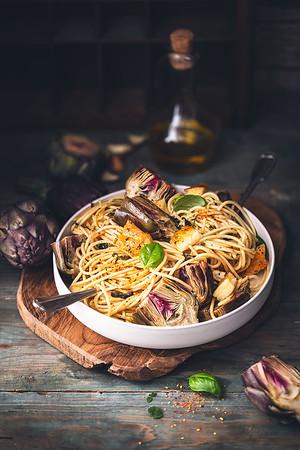 Spaghetti et artichauts rôtis au citron et herbes