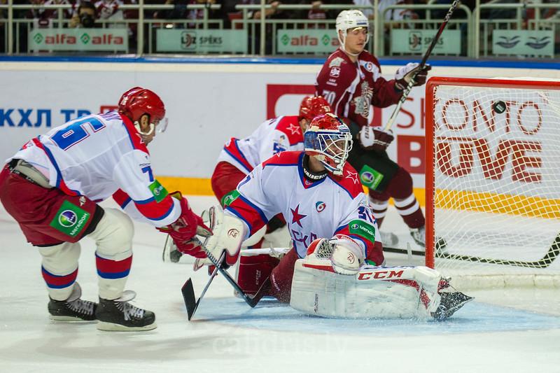 CSKA Moscow vārtusargs Rastislav Stana (31) skatās uz ripu