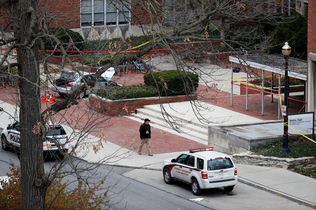 . Police respond to an attack on campus at Ohio State University, Monday, Nov. 28, 2016, in Columbus, Ohio. (AP Photo/John Minchillo)