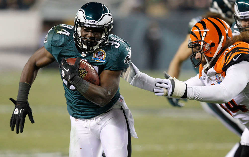Description of . Philadelphia Eagles Bryce Brown (34) avoids a tackle from the Cincinnati Bengals Domata Peko (R) during the second quarter of their NFL football game in Philadelphia, Pennsylvania, December 13,  2012. REUTERS/Tim Shaffer
