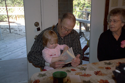 2003/10/15 - GG-Pa reading to Abbie