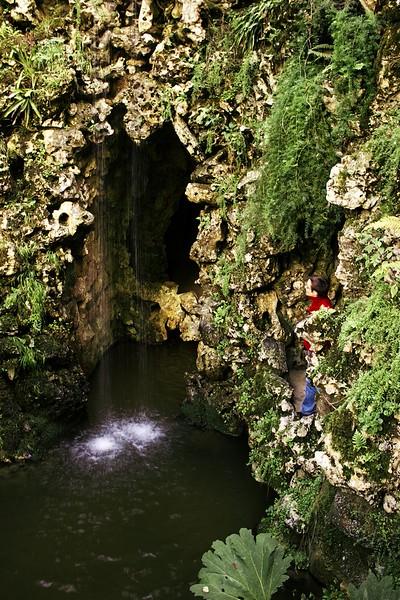 Vodopád, který dal jezírku jméno, a letmý pohled do soustavy jeskyní za ním