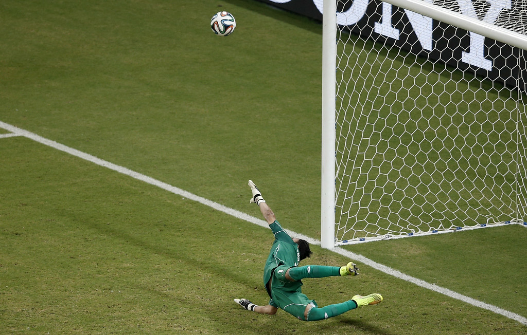 . Costa Rica\'s goalkeeper Keylor Navas makes a save during the penalty shoot out of the round of 16 football match between Costa Rica and Greece at Pernambuco Arena in Recife during the 2014 FIFA World Cup on June 29, 2014. AFP PHOTO / ADRIAN DENNIS