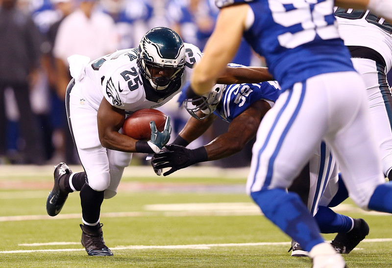 . Running back LeSean McCoy #25 of the Philadelphia Eagles carries the ball as inside linebacker D\'Qwell Jackson #52 of the Indianapolis Colts tries to make the tackle during a game at Lucas Oil Stadium on September 15, 2014 in Indianapolis, Indiana.  (Photo by Andy Lyons/Getty Images)