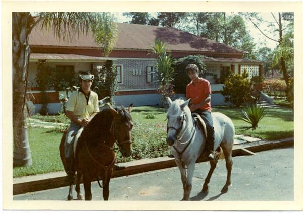 Zé S. Sousa e Vitó     O Dique era um cavalo castanho, pequeno e bera como a cobras. O que está na foto com o Zé Tó Macedo Simões era uma pileca de primeira, muito querido do Zé Santos Sousa, mas não me consigo lembrar do nome dele (não era Azalão...). Victor Valente