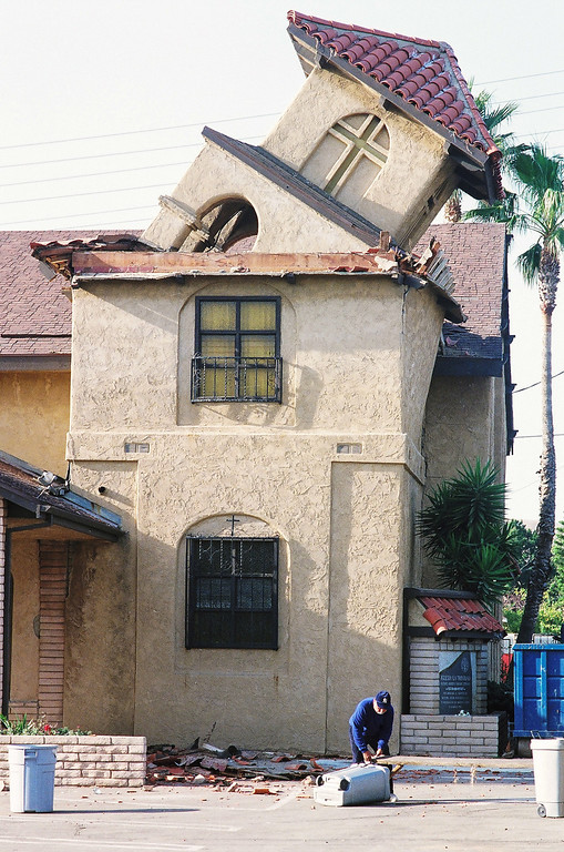 . The quake toppled the steeple at Trinity Church in San Fernando. (Photo by Hans Gutknecht/L.A. Daily News)