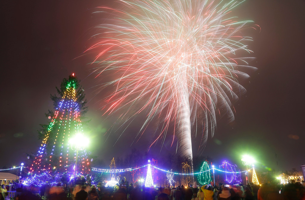 . People watch as fireworks explode over the central square during the New Year\'s celebration in the Belarusian town of Novogrudok, 150 km (93 miles) west of the capital Minsk, Monday, Jan. 1, 2018. (AP Photo/Sergei Grits)
