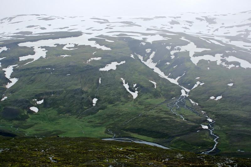 Horft yfir bæjarstæðið í Víðidalsá. Grjótá í Bæjargili vinstra megin.