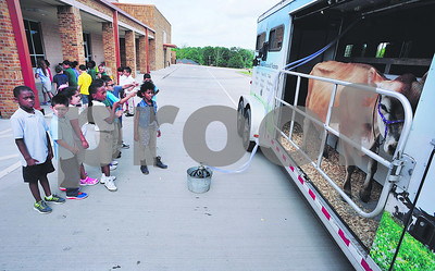 mobile-dairy-classroom-visits-dixie-elementary-school