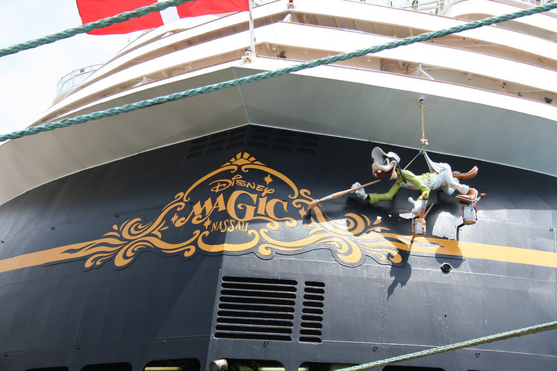 M/S DISNEY MAGIC : Goofy painting the name on the stern.