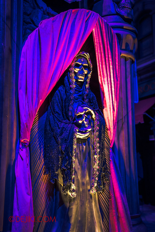 Halloween Horror Nights 6 - March of the Dead scare zone / Skeleton Effigy