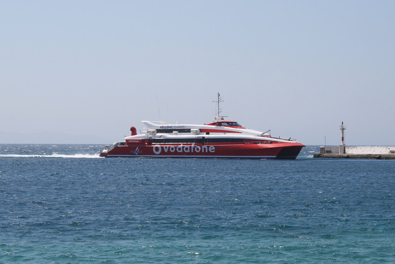 HSC FLYINGCAT 4 arriving to Mykonos.