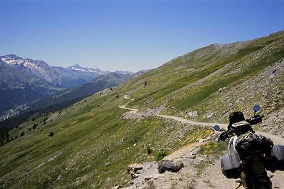 SG 3. Assietta kamroute. beschadigd wegdek. Wisselend wegdek. Steiler dan in België en krappere bochten. Op een goede dag kan het echter lukken met een gewone personenwagen!