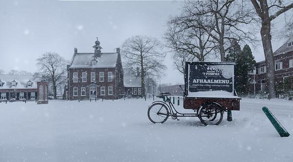 Fine Art architectuur foto van het Raadhuisplein te Nistelrode in de winter met sneeuw.