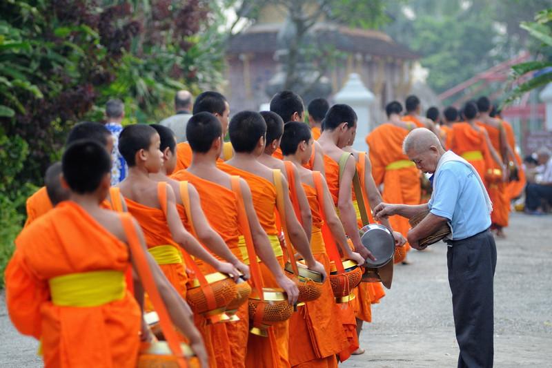 Sonnenaufgangsprozession (Bettelgang) der Mönche durch Luang Prabang (Kurz vor dem Tempel Wat Xieng Thong)
