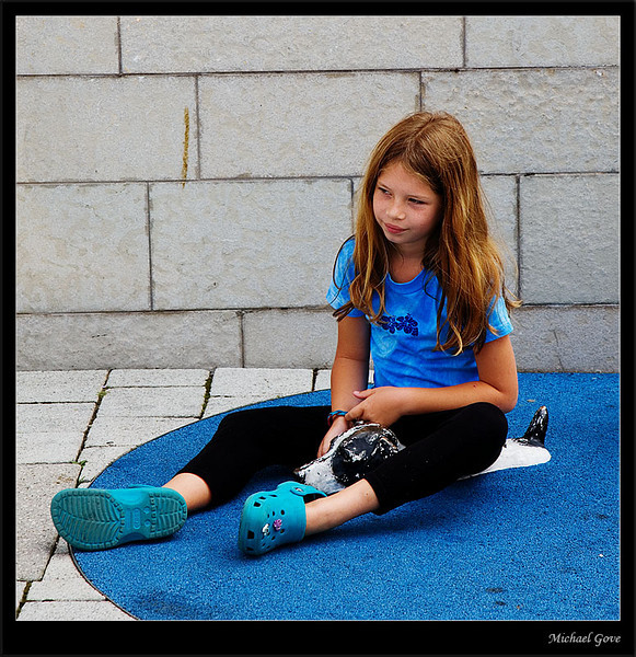 Young girl finds the paddling dog statue (83000854).jpg