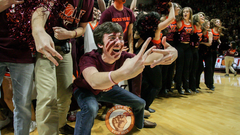 "A Virginia Tch student makes a ""VT"" with his hands on the court. (Mark Umansky/TheKeyPlay.com)"