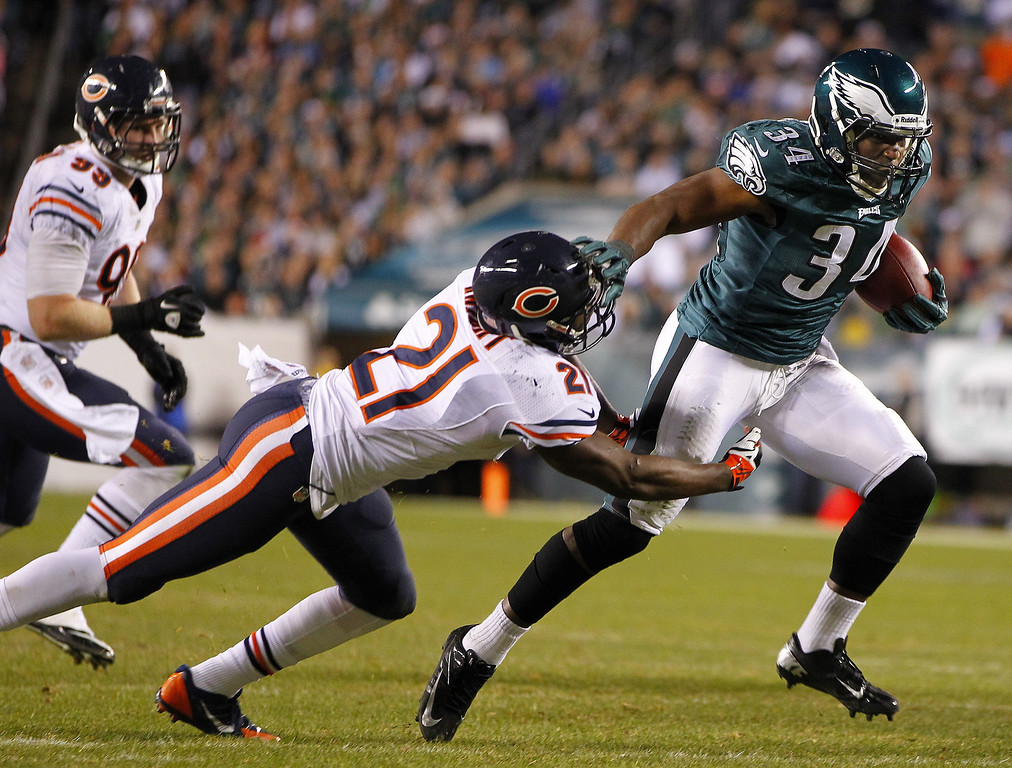 . Safety Major Wright #21 of the Chicago Bears attempts to tackle running back Bryce Brown #34 of the Philadelphia Eagles during the fourth quarter of a game at Lincoln Financial Field on December 22, 2013 in Philadelphia, Pennsylvania. The Eagles defeated the Bears 54-11. (Photo by Rich Schultz /Getty Images)