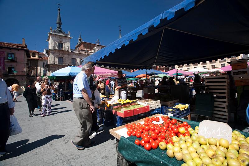Market, Plaza Mayor (Main Square), town of Leon, autonomous community of Castilla y Leon, northern Spain
