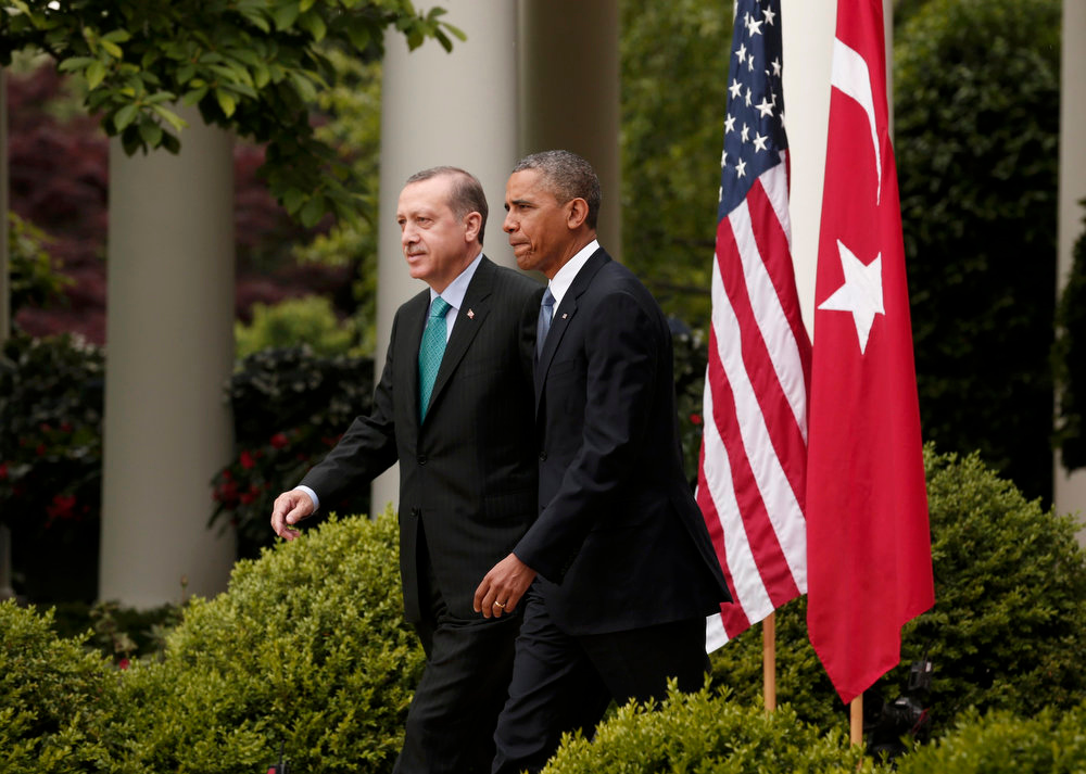 . U.S. President Barack Obama (R) escorts Turkish Prime Minister Recep Tayyip Erdogan as they walk to a joint news conference in the White House Rose Garden in Washington, May 16, 2013.  REUTERS/Kevin Lamarque