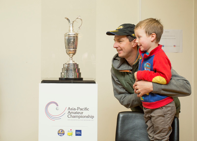 Fans inspect the Claret Jug at Boulcott's Heritage Farm Golf Club, Lower Hutt, New Zealand  on 15 October 2017. Photography: John Mathews@xtra.co.nz.  Copyright: John Mathews 2017