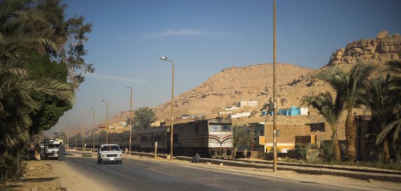 Carretera de Lúxor a Aswan. Poblado Nubio en la ribera del Nilo con sus casas azules