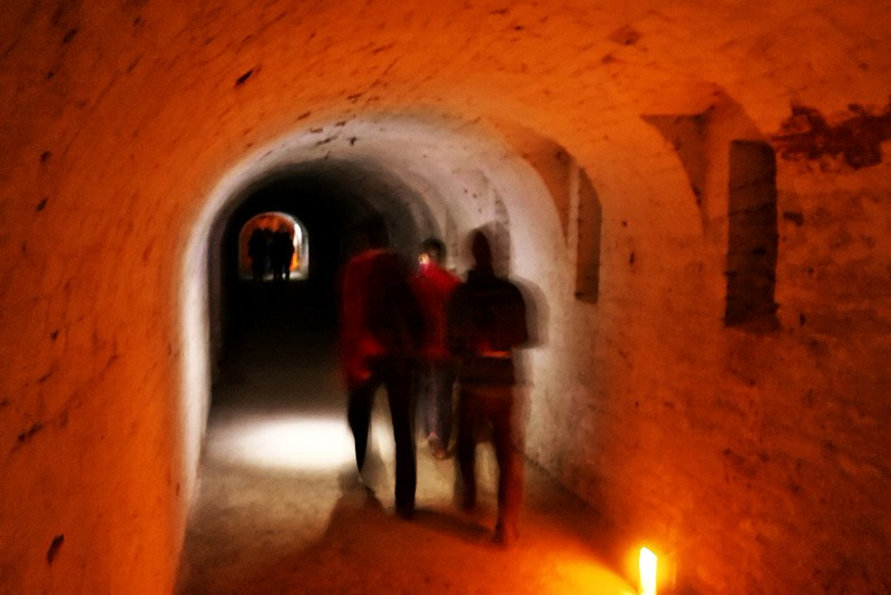 Chodby osvětlovalo jen mihotavé světlo svíček a pár baterek, rozdaných mezi návštěvníky. Na fotografiích vypadá osvětlení mnohem intenzivněji, než jaké ve skutečnosti bylo.
