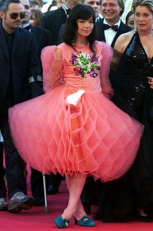 ". Icelandic pop star Bjork arrives at the Festival Palace to attend the screening of her film ""Dancer in the Dark\"" directed by Lars von Trier of Denmark in competition at the 53rd International Film Festival in Cannes, French Riviera, Wednesday, May 17, 2000. (AP Photo/Laurent Rebours)"