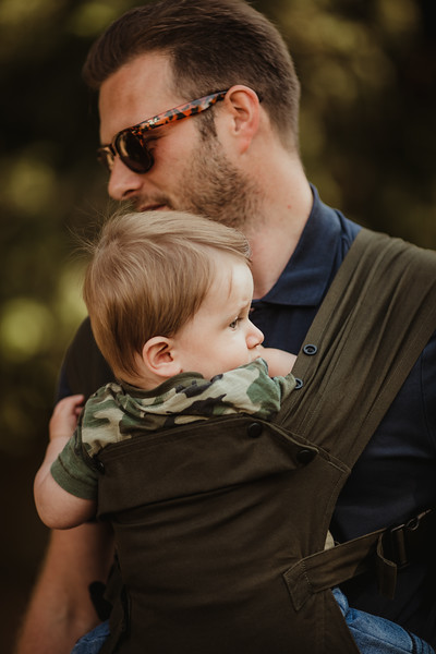 Izmi_Baby_Carrier_Olive_Lifestyle_Front_Carry_Dad_Close_Up.jpg