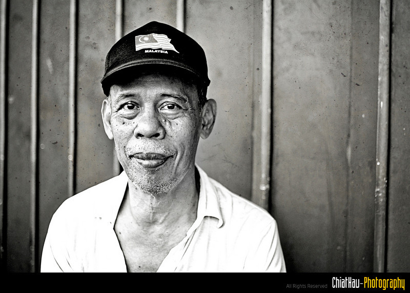I asked him if I could take a photo of him, he happily accepted and smile... (With some posing as well) Woo... :)
