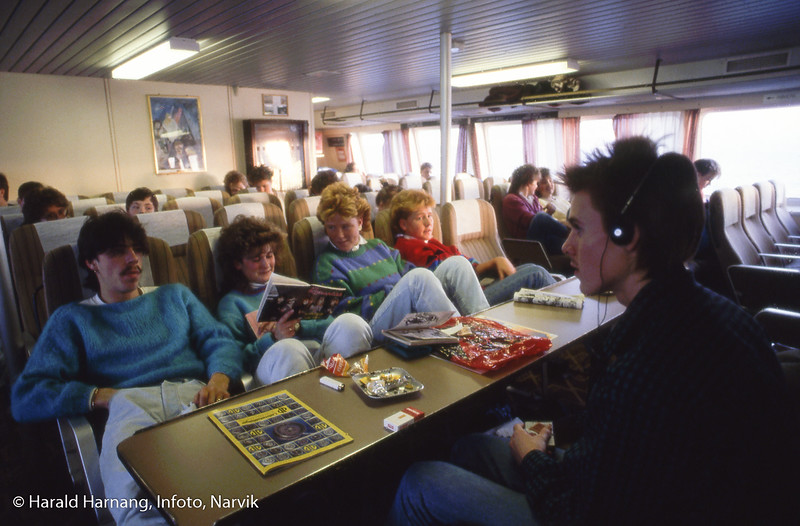 En ny verden: Gamle Skogøy er erstattet med nye Skogøy med seter og full fart mellom Narvik og Svolvær. Her trolig skoleungdom som er ferdig med ukens skolegang i Narvik, og på tur hjem.