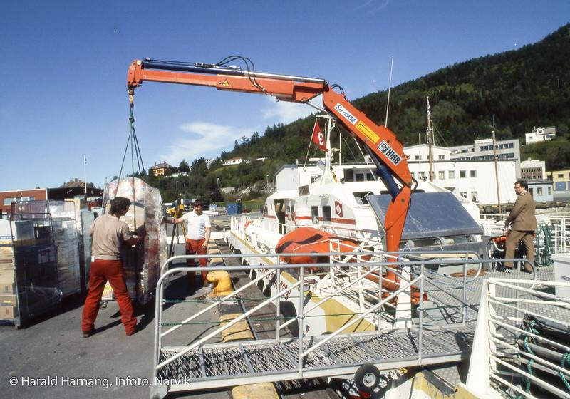 """ODSs hurtigbåt """"Ofoten"""" laster varer til butikker langs ruta til Svolvær."""