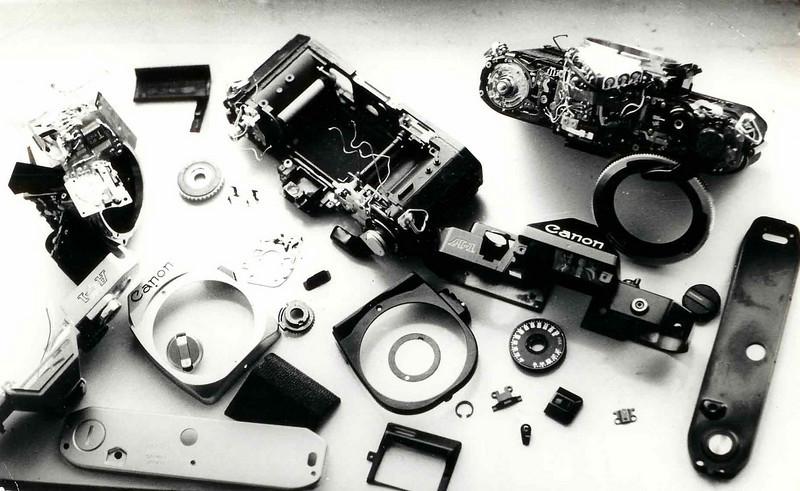 Ремонт любого ,даже самого современного электронного фотоаппарата ,начинается с полной разборки......60 годы.