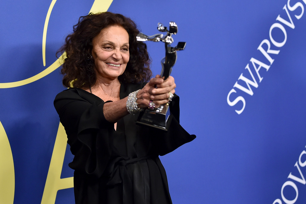 . Diane von Furstenberg poses in the winner\'s walk with the positive change award at the CFDA Fashion Awards at the Brooklyn Museum on Monday, June 4, 2018, in New York. (Photo by Evan Agostini/Invision/AP)