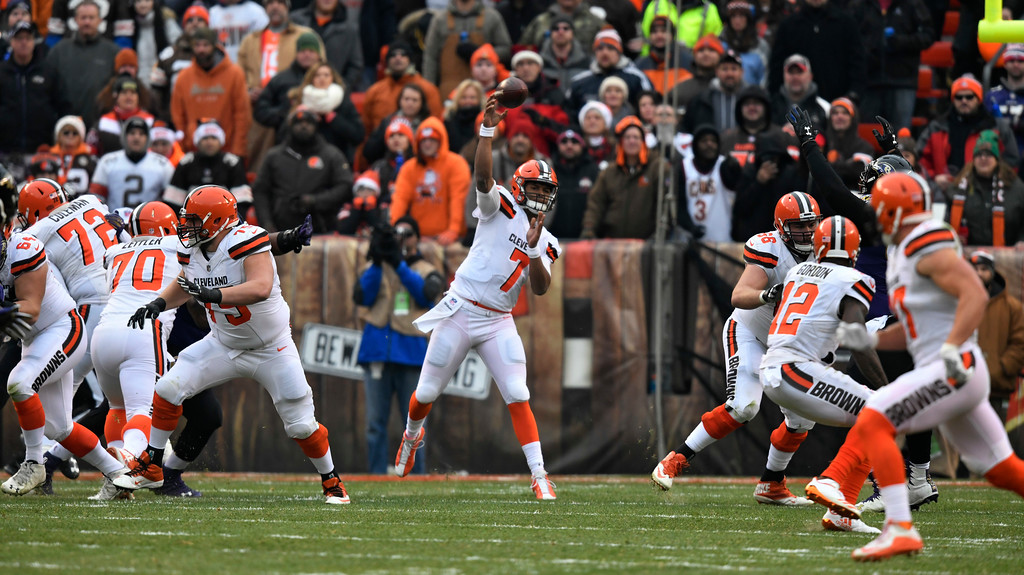 . Cleveland Browns quarterback DeShone Kizer (7) passes against the Baltimore Ravens during the first half of an NFL football game, Sunday, Dec. 17, 2017, in Cleveland. (AP Photo/David Richard)