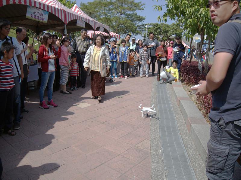 圖6_ 現場出動小飛機飛行表演吸引大批人潮餘攤位前駐足圍觀.jpg