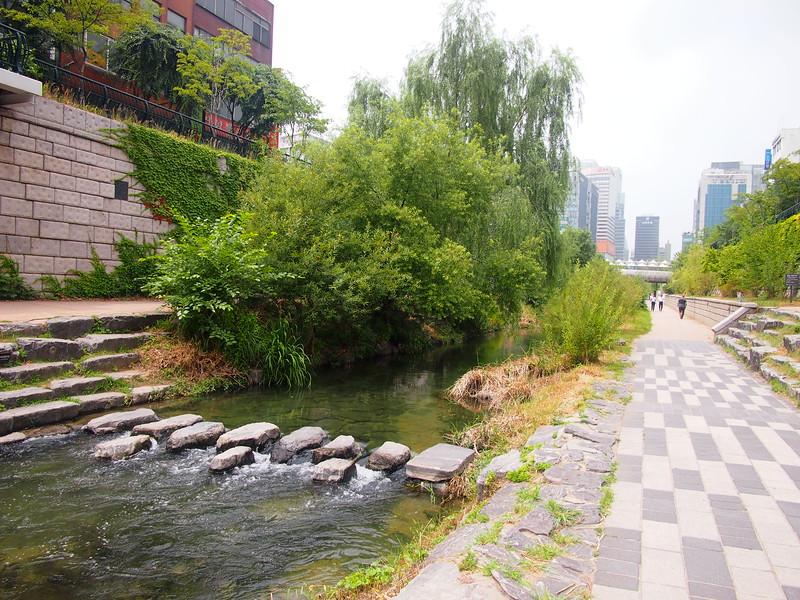 P6283899-cheonggyecheon-stream-crossing.JPG