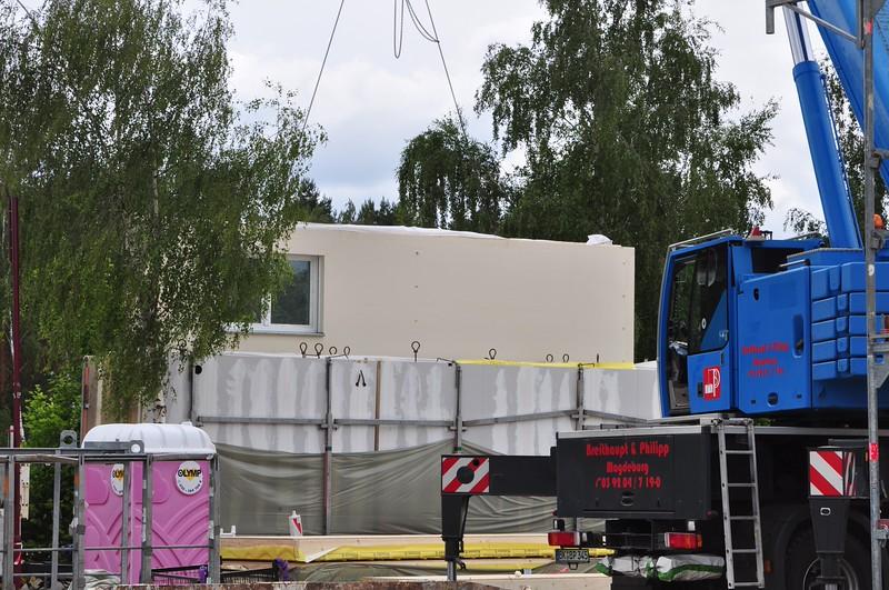 Die erste OG-Wand verläßt den Laster.