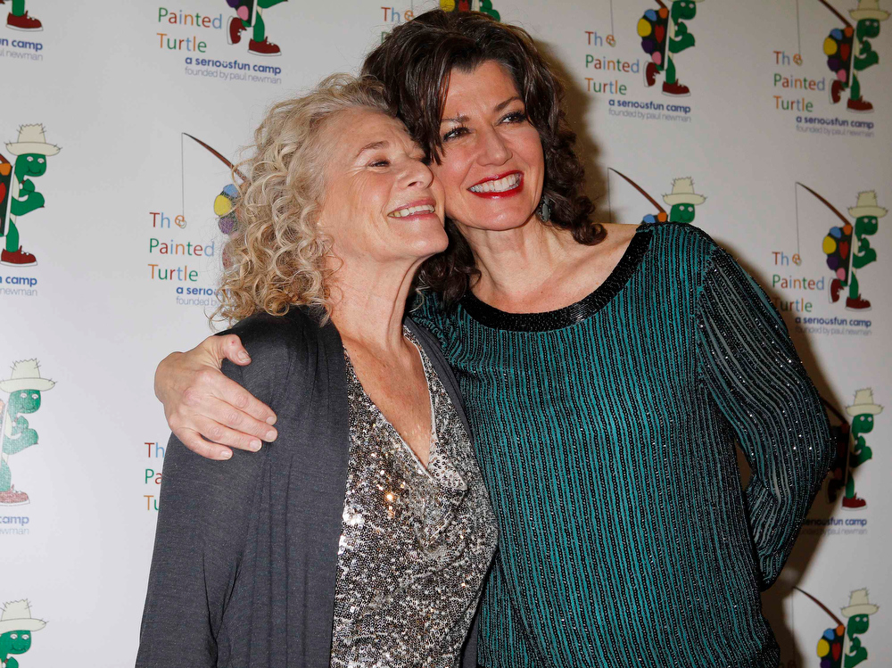 Description of . Singer and songwriter Carole King (L) and singer Amy Grant pose on the arrivals line at