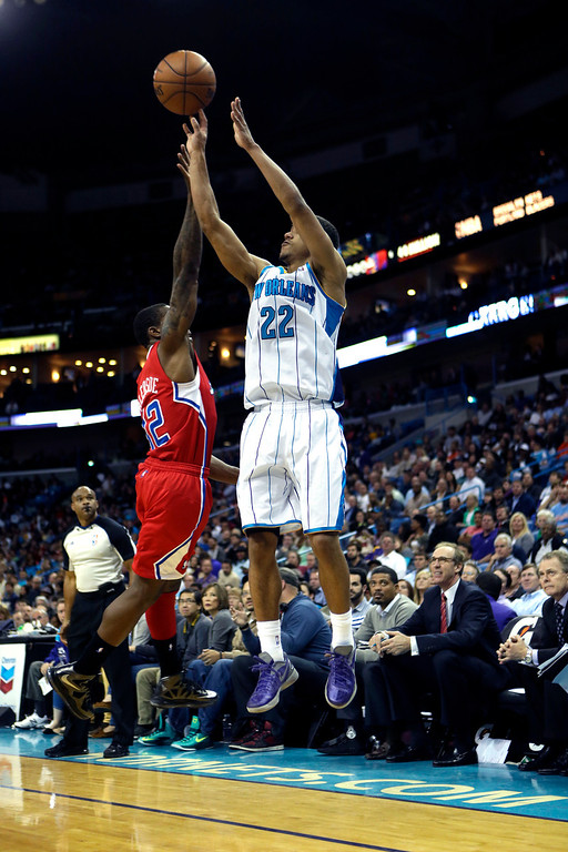 . New Orleans Hornets point guard Brian Roberts (22) shoots over Los Angeles Clippers point guard Eric Bledsoe (12) in the second half of an NBA basketball game in New Orleans, Wednesday, March 27, 2013. The Clippers won 105-91. (AP Photo/Gerald Herbert)